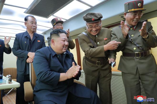 북한, 또 '새무기' 시험사격… 박수치는 김정은