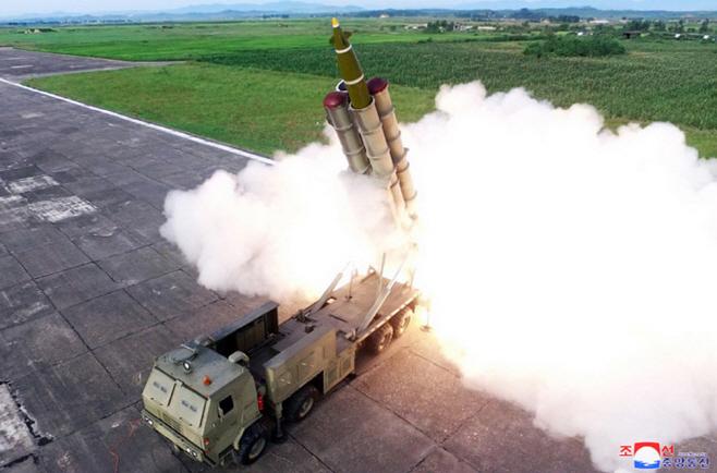 북한, 신형 '초대형 방사포' 시험발사<YONHAP NO-0580>
