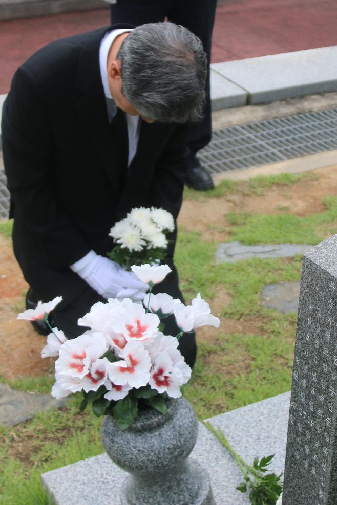 오월영령 앞에 무릎 꿇은 노태우 전 대통령 아들