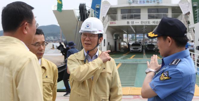 통영 방문한 해수부 장관<YONHAP NO-2943>