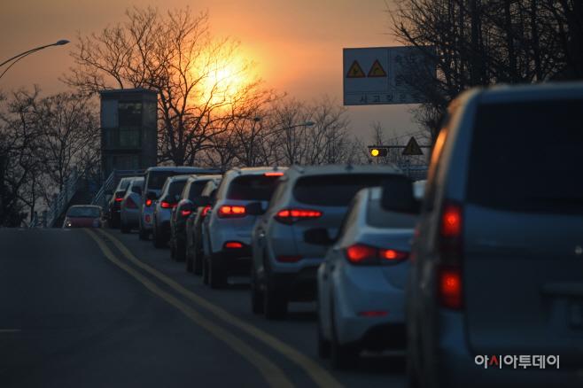 [포토]출근길 위로 떠오른 해