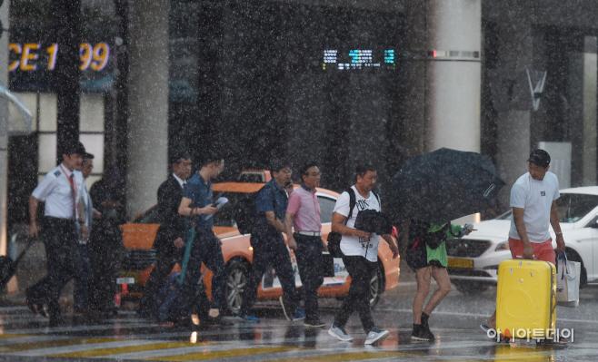 [포토] 비 내리는 김포국제공항