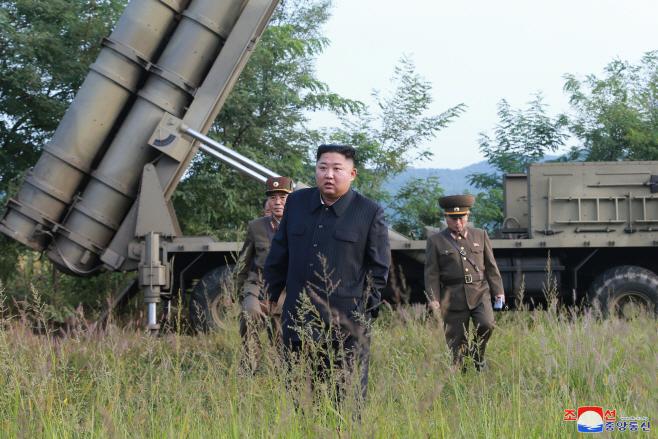 북한 김정은, '초대형 방사포 시험사격' 현지지도