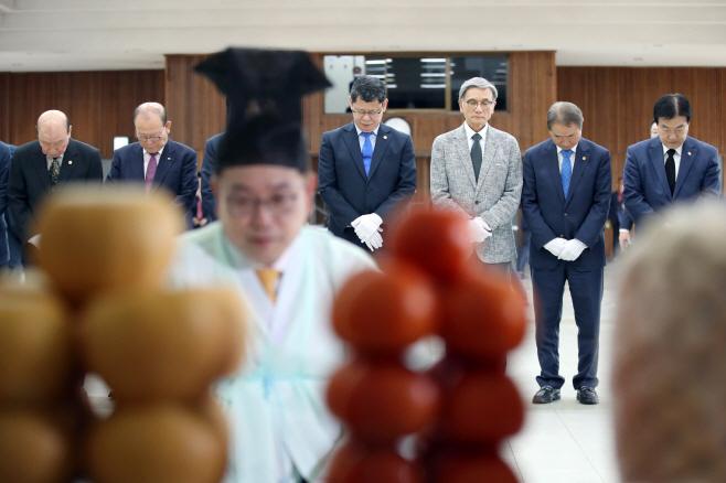 이북부조 합동망향제, 묵념하는 김연철 장관