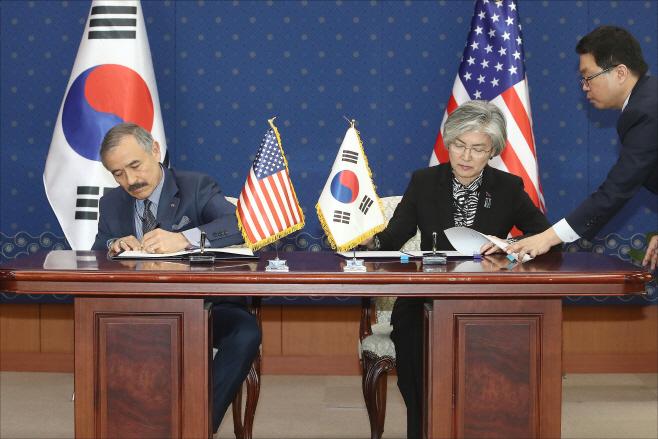서명하는 한-미 대표<YONHAP NO-3289>
