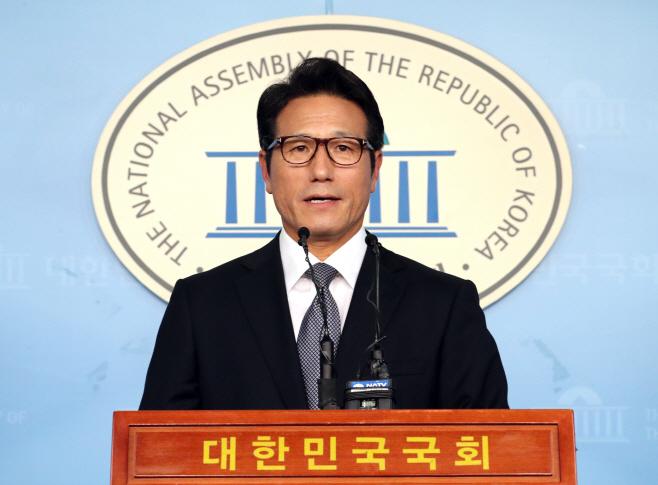 손학규 퇴진 촉구 회견하는 정병국<YONHAP NO-2059>