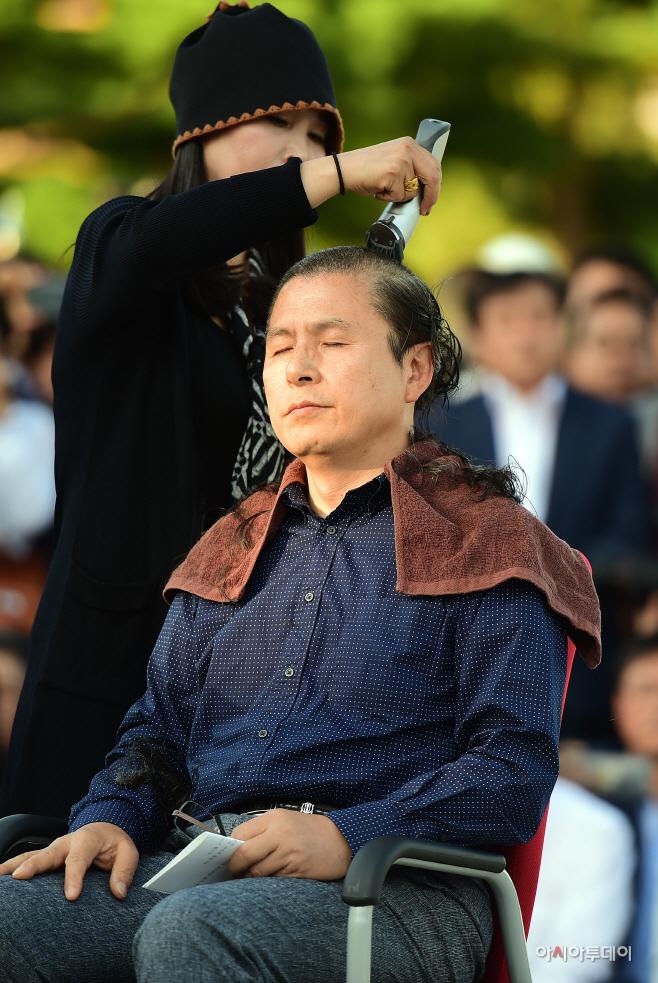 [포토] 조국 파면 촉구 삭발하는 황교안 대표