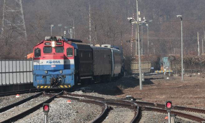 도라산역 들어서는 남북철도공동조사 열차