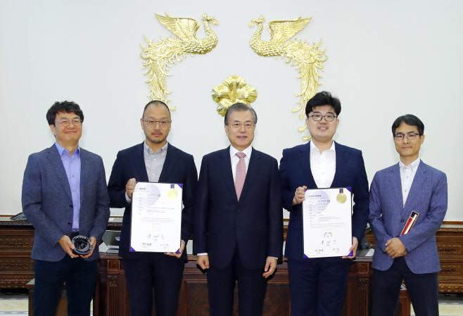 문 대통령, 200만호 특허증 및 100만호 디자인등록증 수상자들과 기념촬영