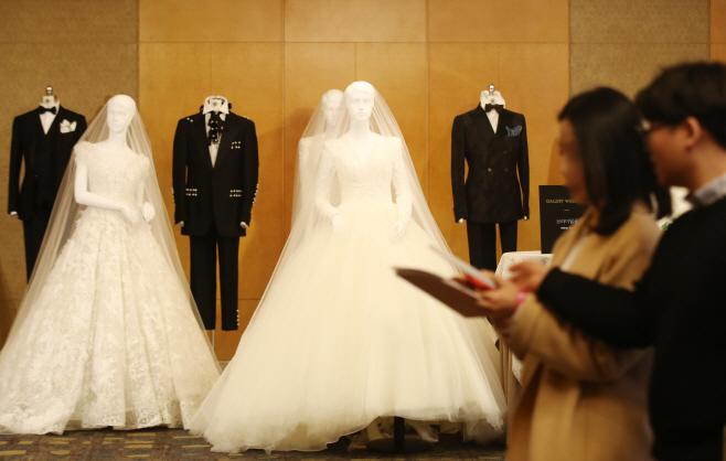'결혼 어디서 어떻게 할까?'<YONHAP NO-3419>