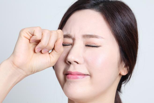 [김안과병원 사진자료] 한쪽 눈을 비비는 모습
