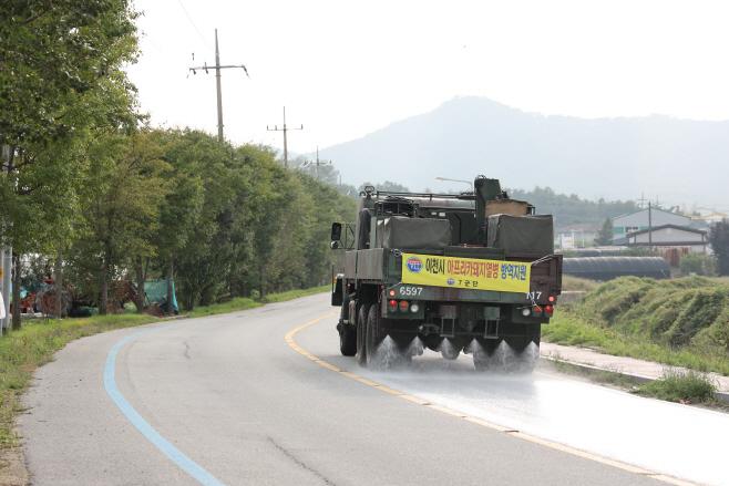 군부대 차량이 아프리카열병 차단을 위한 방역