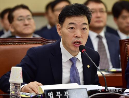 [포토] 질의에 답변하는 김오수 법무부 차관