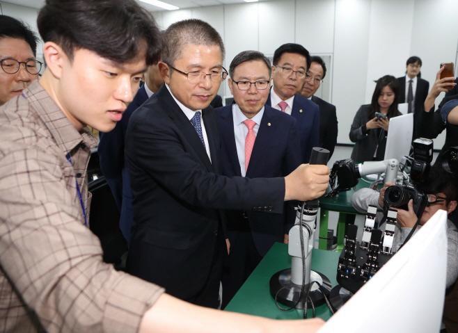 한국로봇산업진흥원 방문한 황교안 대표