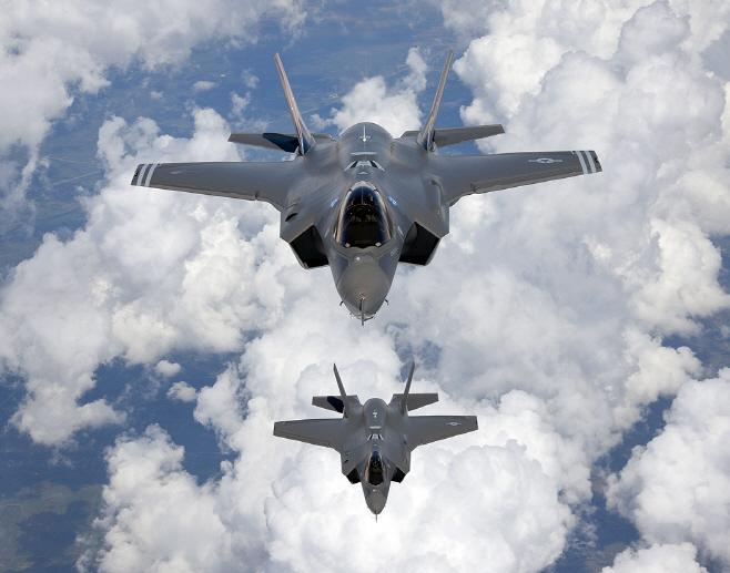 비행 중인 미 공군의 F-35A 스텔스 전투기<YONHAP NO-1470>