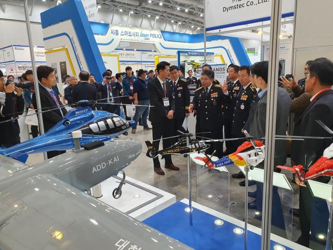 .민갑룡 경찰청장이 KAI 부스에서 경찰헬기 설명을 듣고 있다