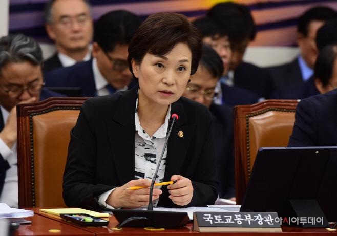[포토] 질의에 답하는 김현미 장관