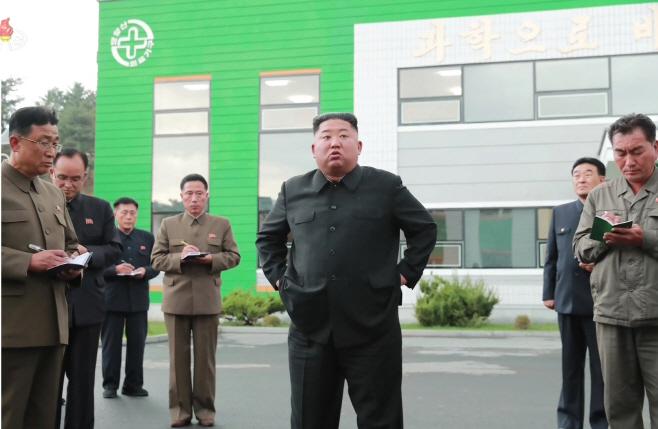 김정은, 묘향산의료기구공장 시찰하며 담당자들 질책
