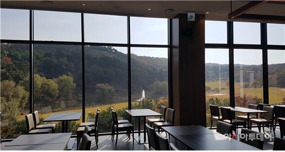뷔페식당(더브리즈)에서 바라본 대덕산과 골프코스/제공=블루원