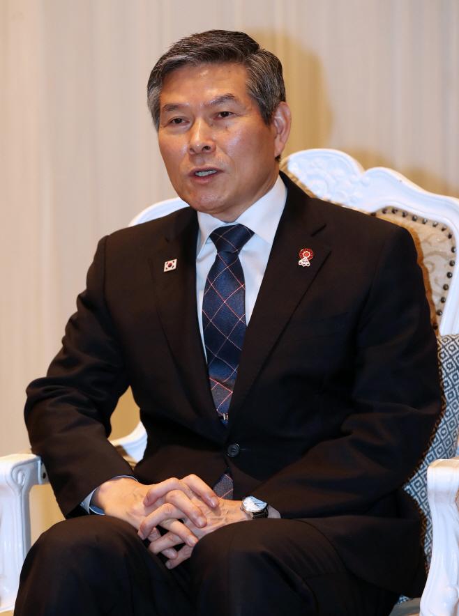 한·일 국방장관 회담 설명하는 정경두 장관