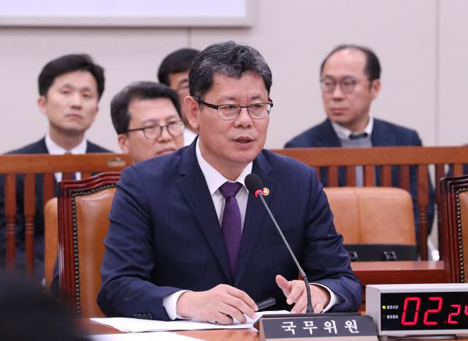 의원질의 답변하는 김연철 통일부 장관