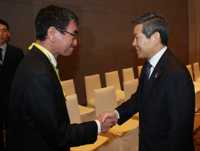 고노 다로 일본 방위상과 악수하는 정경두 장관