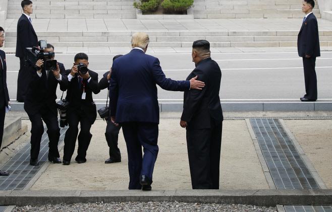 북으로 향하는 트럼프 대통령과 김정은 위원장
