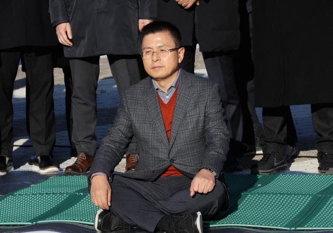 '단식 투쟁 시작'한 황교안 대표<YONHAP NO-4169>
