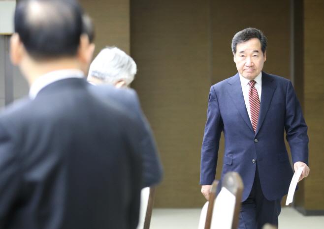 국정현안점검조정회의 참석하는 이낙연 총리