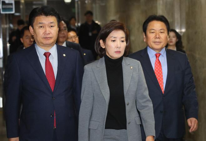 의총 입장하는 한국당
