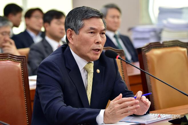 [포토] 정경두 국방부 장관 국회 법사위 답변