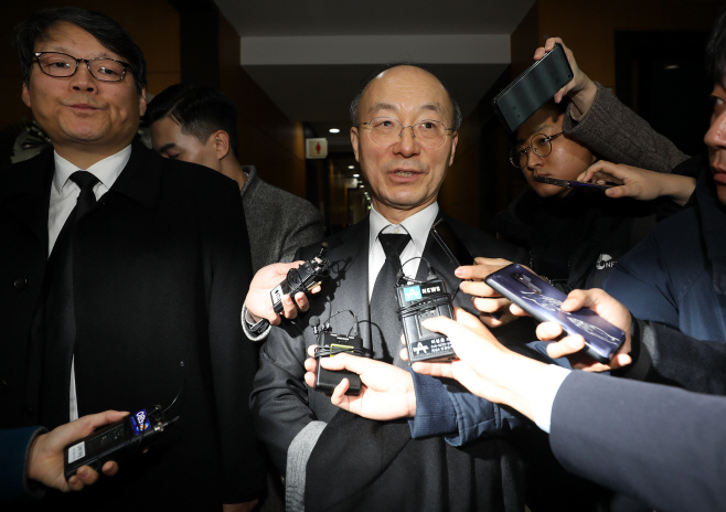 검찰 수사관 빈소 조문한 김조원 민정수석