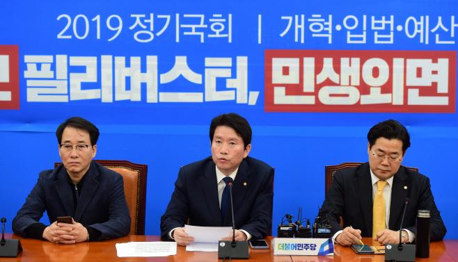 [포토] 기자간담회하는 이인영 원내대표