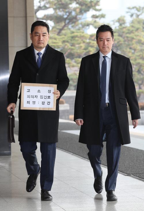 고소장 제출하러 온 강용석-김세의