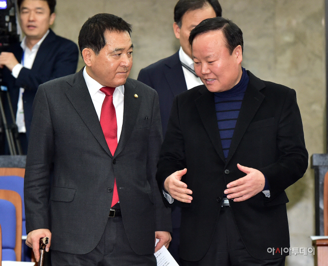 [포토] 논의하는 심재철-김재원