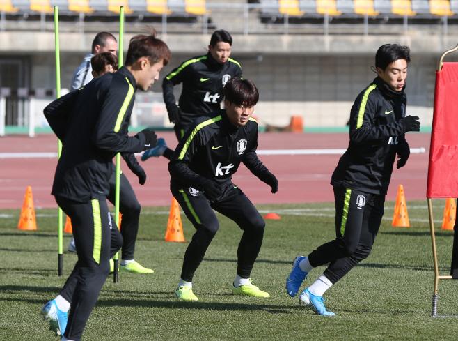 몸 푸는 축구 국가대표팀 선수들<YONHAP NO-2807>