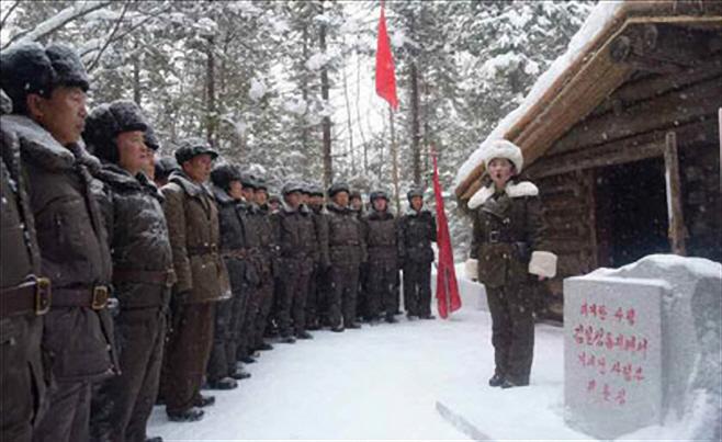 백두산 김정일 고향집 방문한 북한 선전 간부들