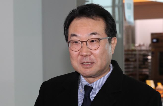 취재진 질문에 답하는 이도훈 본부장