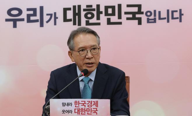 기자간담회하는 김형오 공천관리위원장
