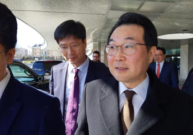비건 부장관 면담 후 미 국무부 청사 떠나는 이도훈 본부장