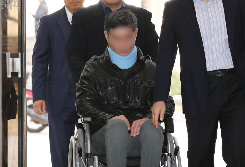 조국 동생, 휠체어 타고 영장심사 출석