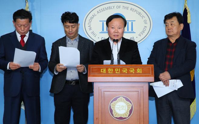 소상공인 공약 발표하는 한국당<YONHAP NO-3866>