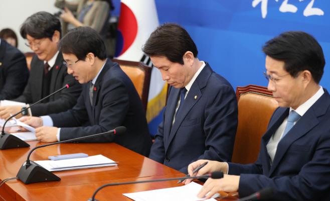 생각에 잠긴 민주당 이인영 원내대표