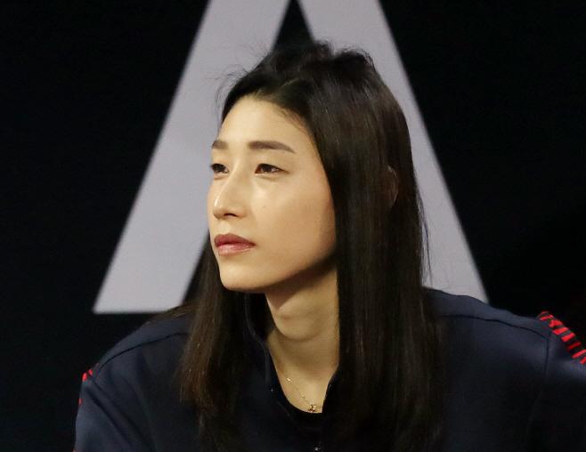 남자 배구 경기 관전하는 김연경<YONHAP NO-2804>