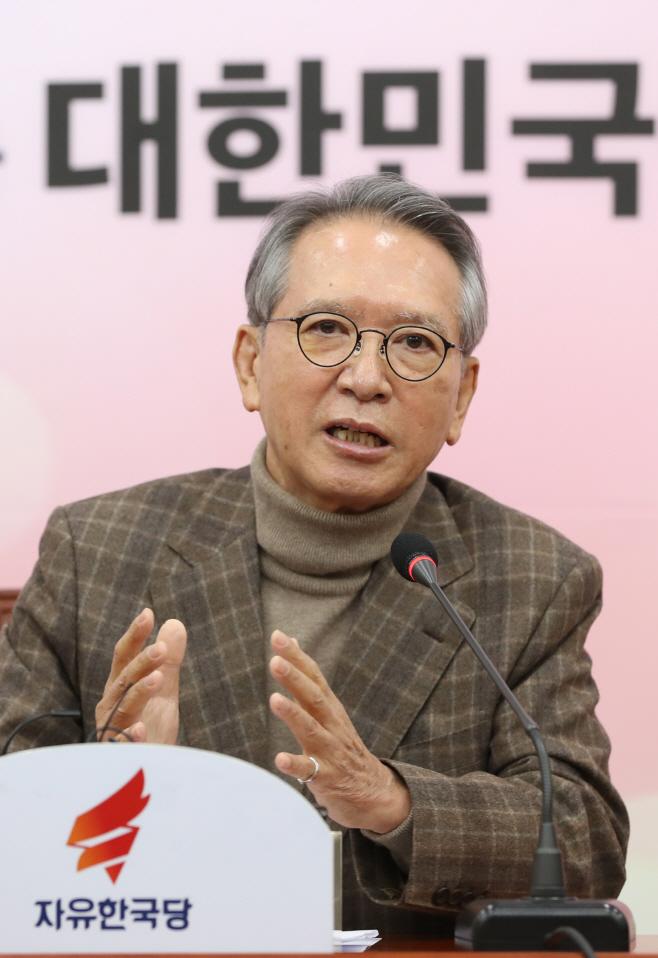 공천관리위원회 명단 발표하는 김형오 위원장<YONHAP NO-5332>