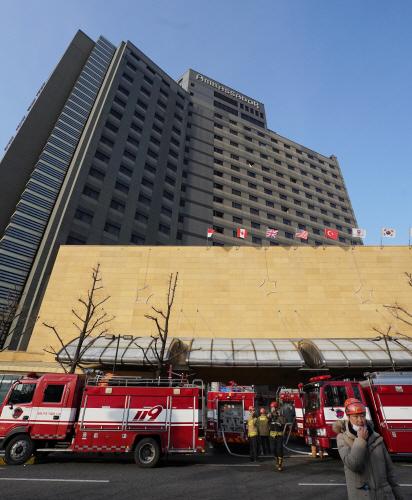 화재 발생한 그랜드 앰배서더 호텔<YONHAP NO-2276>