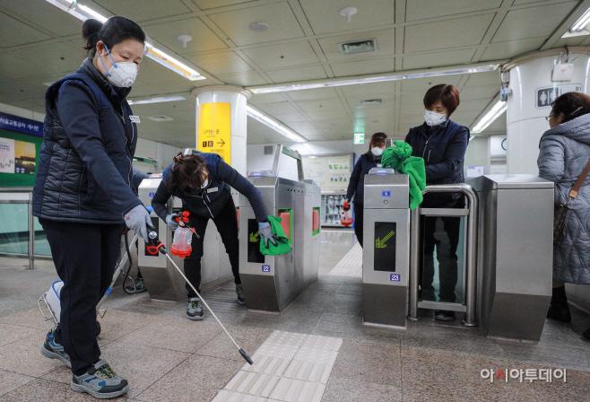 신종 코로나바이러스 감염증 예방 지하철역 방역 작업3