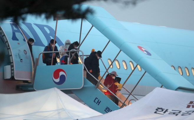 우한 교민 태운 3차 전세기 김포공항 도착