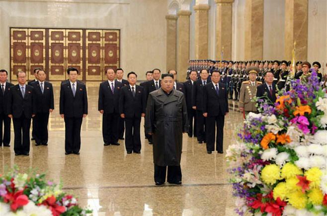 김정은 '김정일 생일' 금수산 참배…코로나 속 22일만에 등장