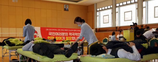 코로나19로 혈액수급난, 헌혈하는 청와대 직원들